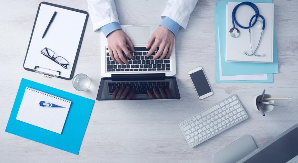 Lekarzom brakuje sprzętu do wydawania e - zwolnień. Potrzeba milionów złotych