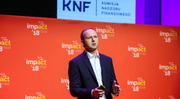 Chrzanowski odchodzi z KNF, ale z otrzymywania pensji nie rezygnuje