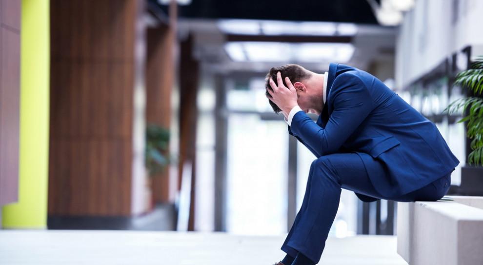 Praca w stresie prowadzi do szeregu obniżających komfort pracy i życia dolegliwości. (Fot. Shutterstock)