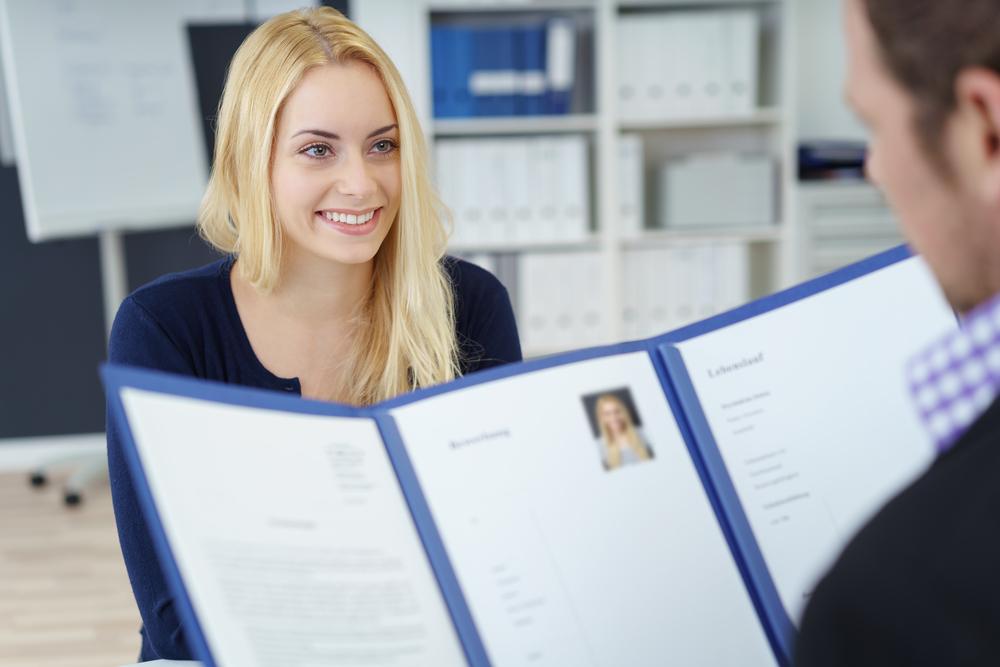 Pracodawcy często weryfikują umiejętność współpracy poprzez przeprowadzenie wywiadu behawioralnego czy sesji assessment center. (Fot. Shutterstock)