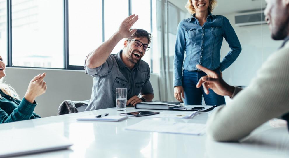 Pracodawcy, wiedząc jak ważną kompetencją dla efektywności i realizacji celów biznesowych jest współpraca, dbają o tworzenie dobrego środowiska pracy. (Fot. Shutterstock)