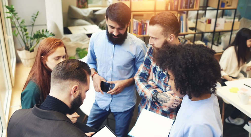 Angażowanie pracownika w sprawy firmy sprawia, że czuje się z nią mocniej związany (fot. Shutterstock)