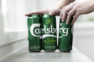 Carlsberg będzie sprzedawać zgrzewki piwa… bez folii