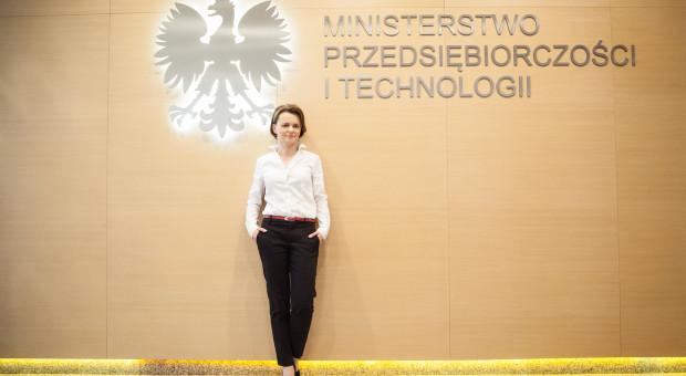 Minister Emilewicz o sprawie pensji w NBP: czas na autorefleksję i korektę