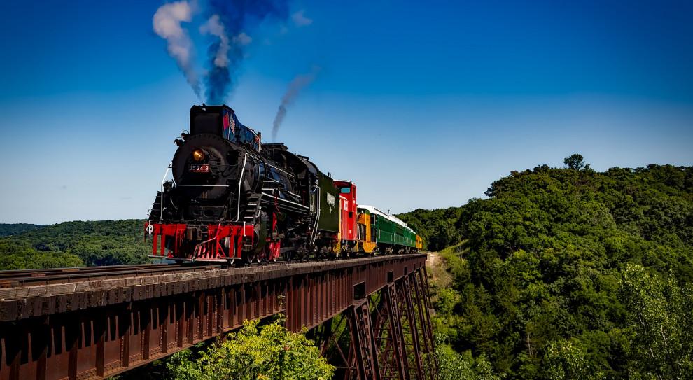Kolej żelazna została wprowadzona jako transport w 1825 r. Wówczas uruchomiono linię kolei publicznej łączącą Stockton z Darlington w Wielkiej Brytanii. Wiek XIX jest nazywany złotą erą kolei (fot. pixabay.com)