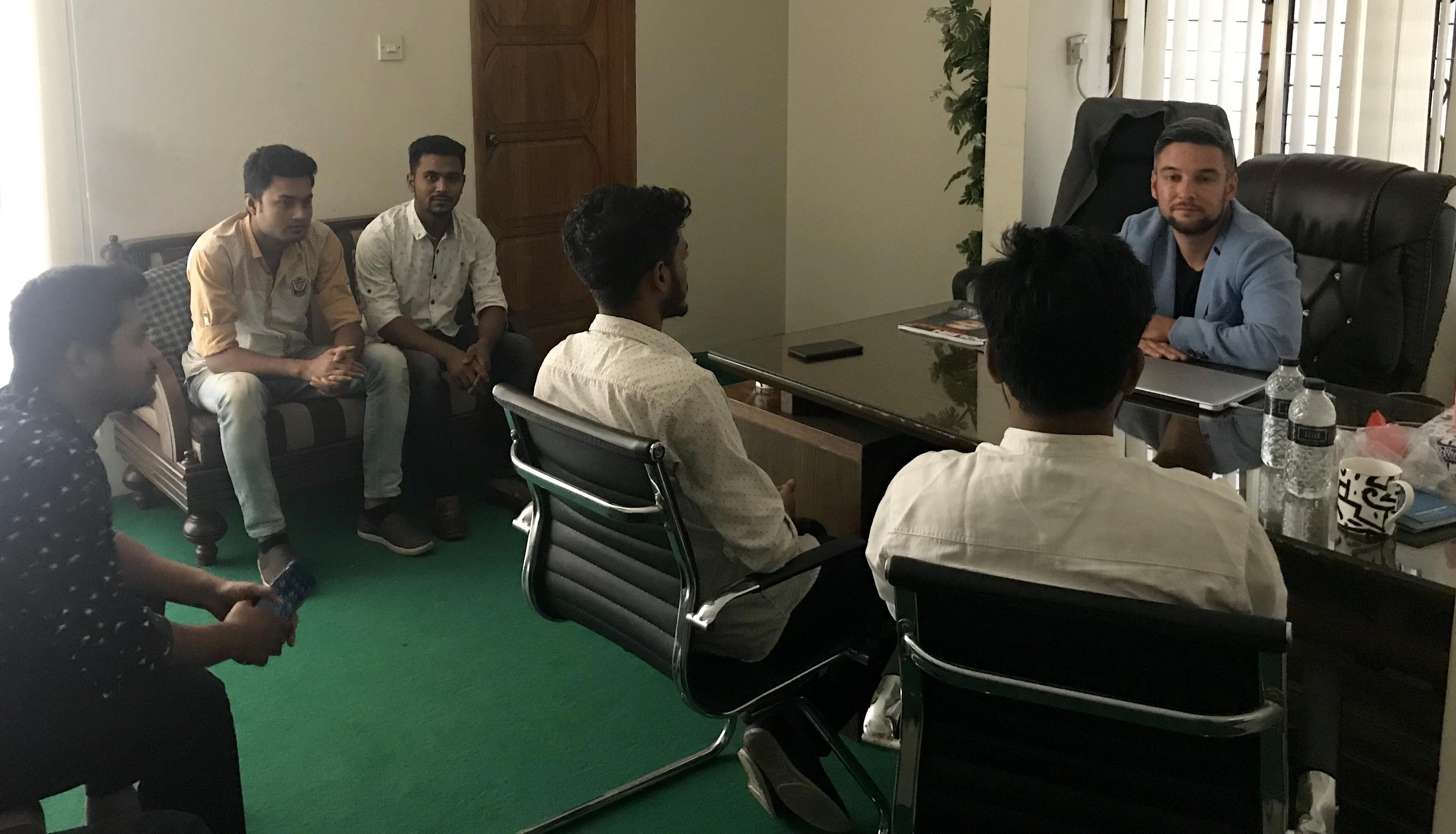 Spotkanie z grupą spawaczy w Bangladeszu (Fot. Foreign Personnel Service)