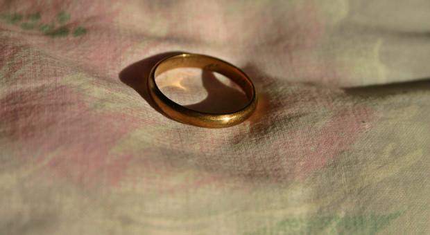 Zdrada małżeńska naprowadziła na trop procederu uchylania się od pracy