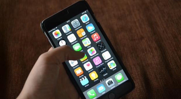 Smartfon w rękach pracownika może być poważnym zagrożeniem dla firmy