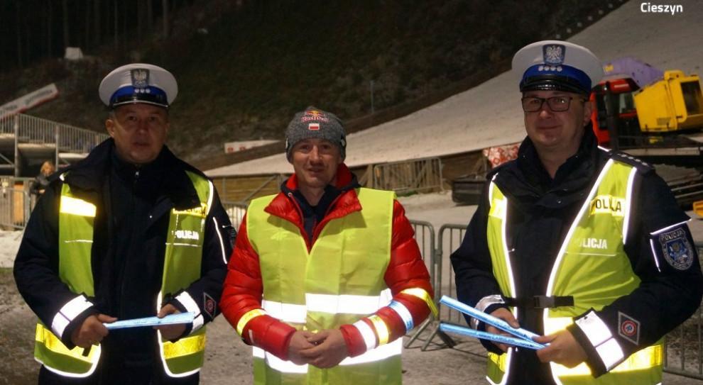 Adam Małysz z policjantami promował używanie odblasków przez pieszych