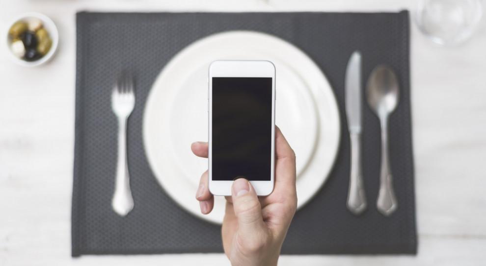 Smartfon ważniejszy od jedzenia. Zaskakujące wyniki badania