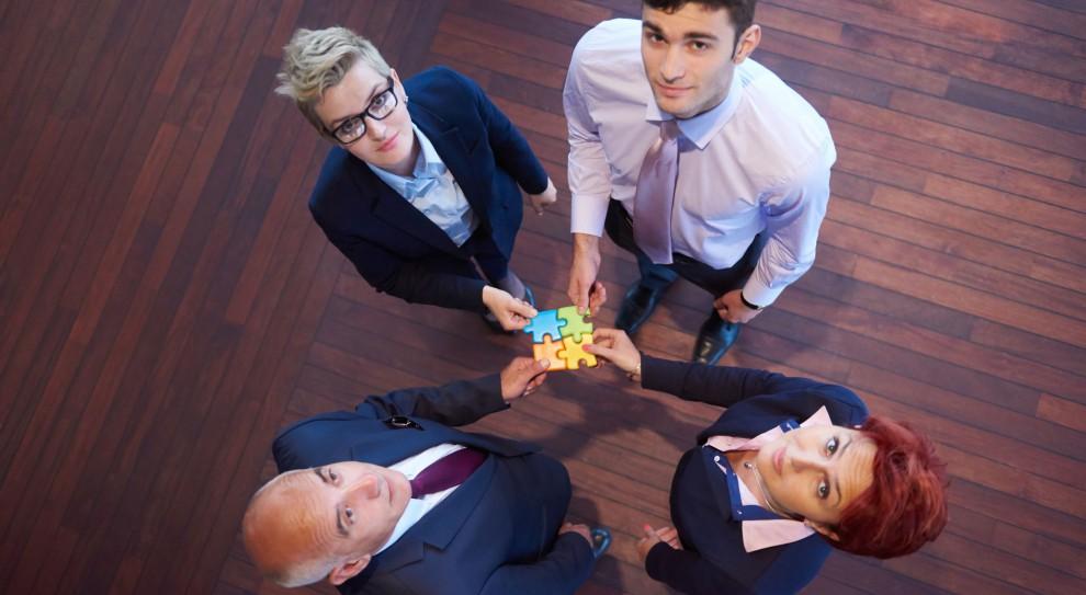 Rozstanie w dobrej atmosferze może przyczynić się też do tego, że dana osoba będzie wypowiadała się o byłym już pracodawcy pozytywnie (Fot. Shutterstock)