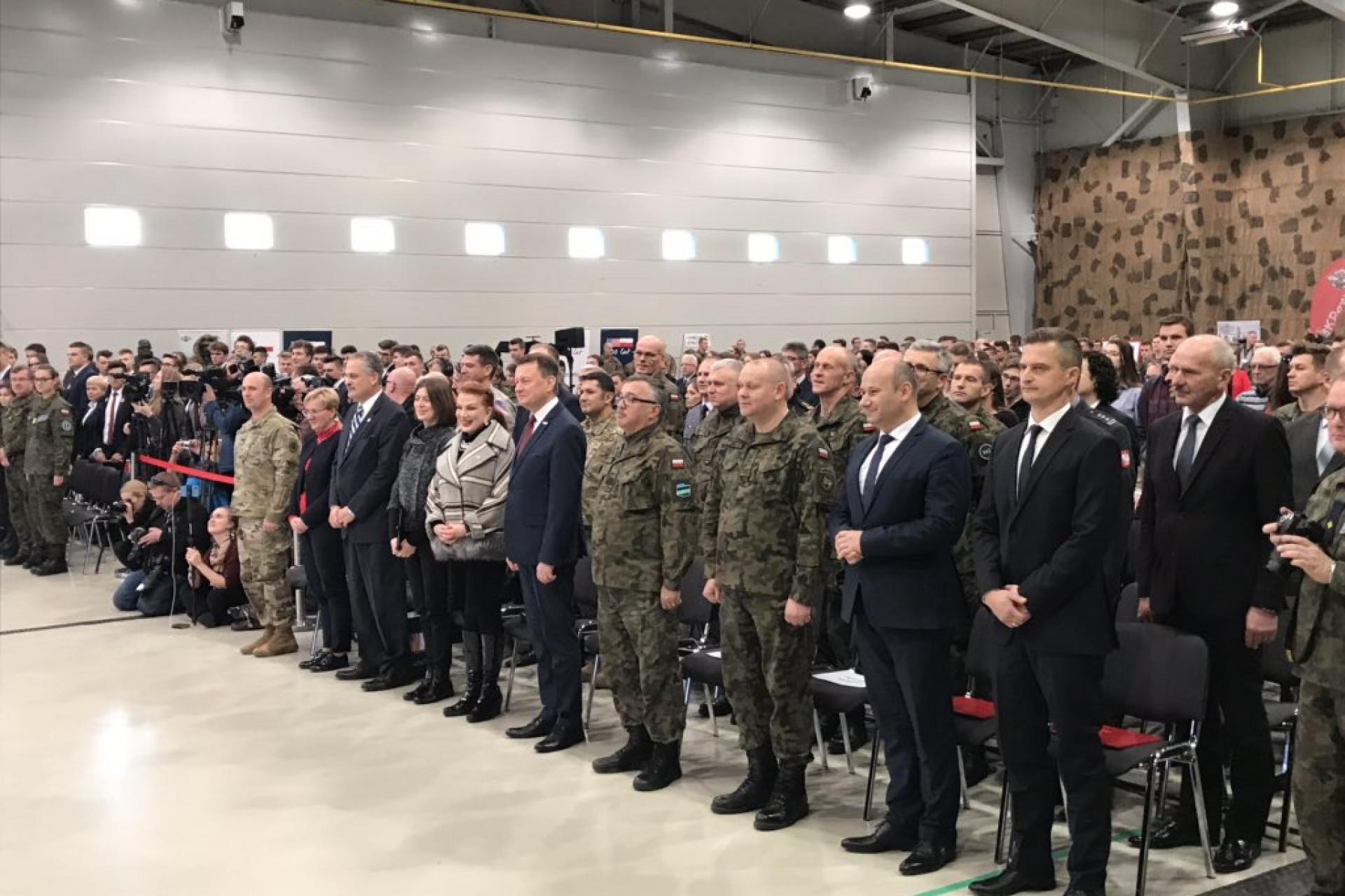 Cywile zatrudnieni pod jednostkami MON to duża grupa obywateli, która wspomaga Wojsko Polskie w codziennej pracy i zadaniach administracyjnych. (fot. MON/twitter.com)