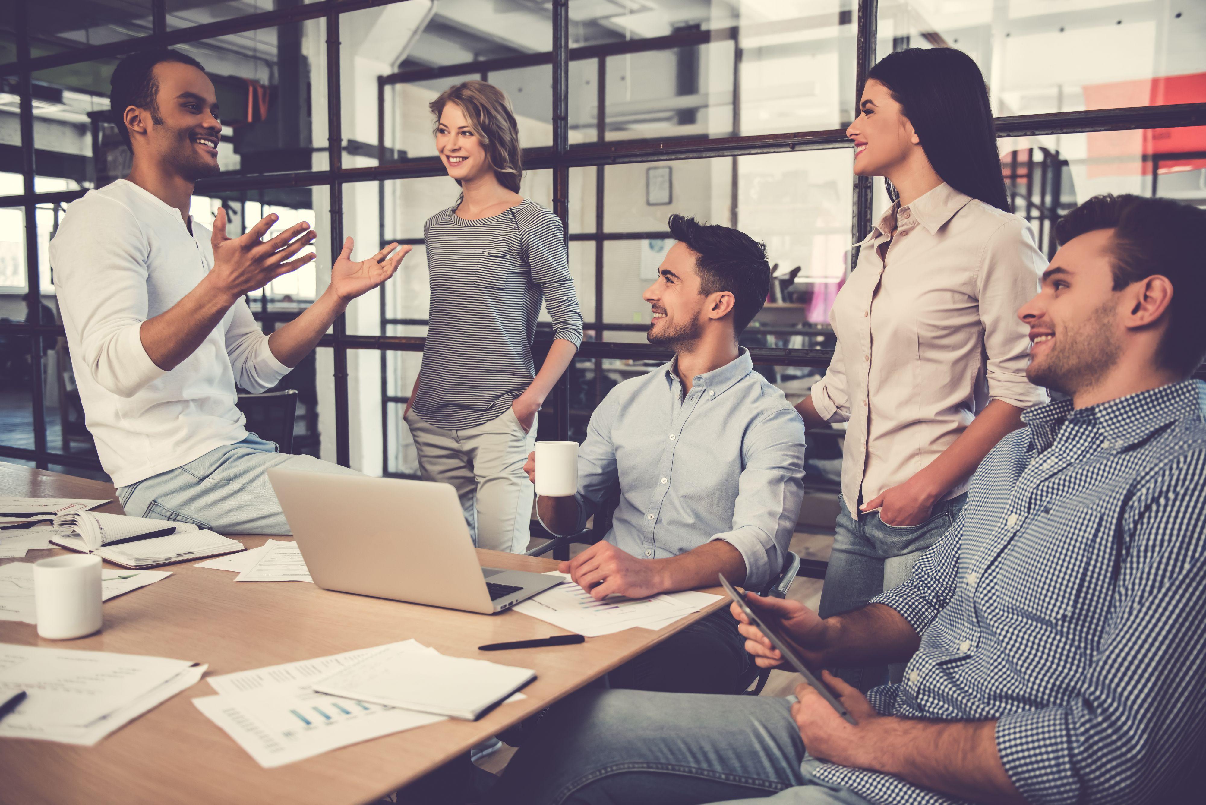 Pracownicy spełnieni zawodowo robią to, co zawsze chcieli w życiu robić i zamierzają robić to w przyszłości. (Fot. Shutterstock)