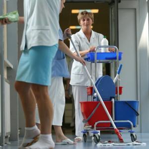 Outsourcing w szpitalach odbija się na pracownikach i pacjentach