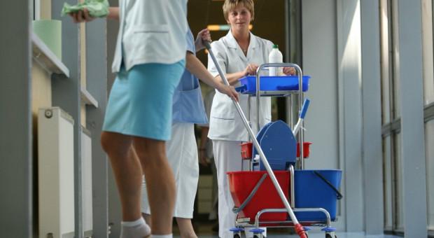Salowe w szpitalach: Outsourcing odbija się na pracownikach i pacjentach