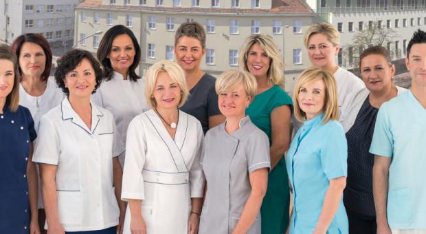 Stworzyli kalendarz ze zdjęciami pielęgniarek, jest też pielęgniarz