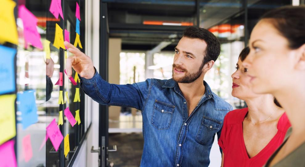 Jedną z lepszych decyzji na start nowego roku, jest rozpoczęcie wdrażania w firmie kultury słuchania pracowników. (Fot. Shutterstock)