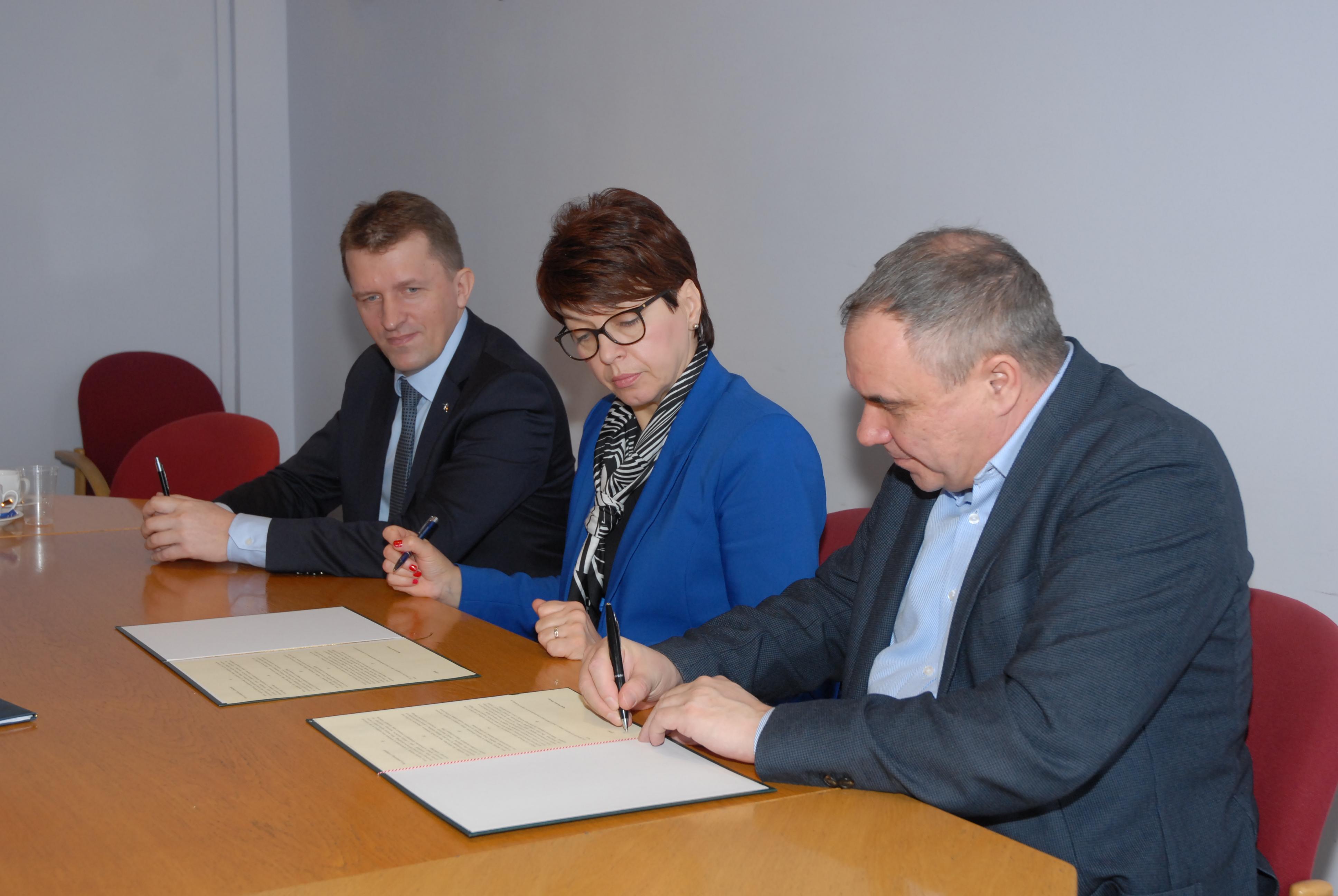 Na zdjęciu od lewej: Stanisław Ból, szef dialogu społecznego w ArcelorMittal Poland, Urszula Bauer, Śląski Kurator Oświaty oraz Jerzy Kozicz, prezes CMC Poland. (fot. ArcelorMittal Poland)