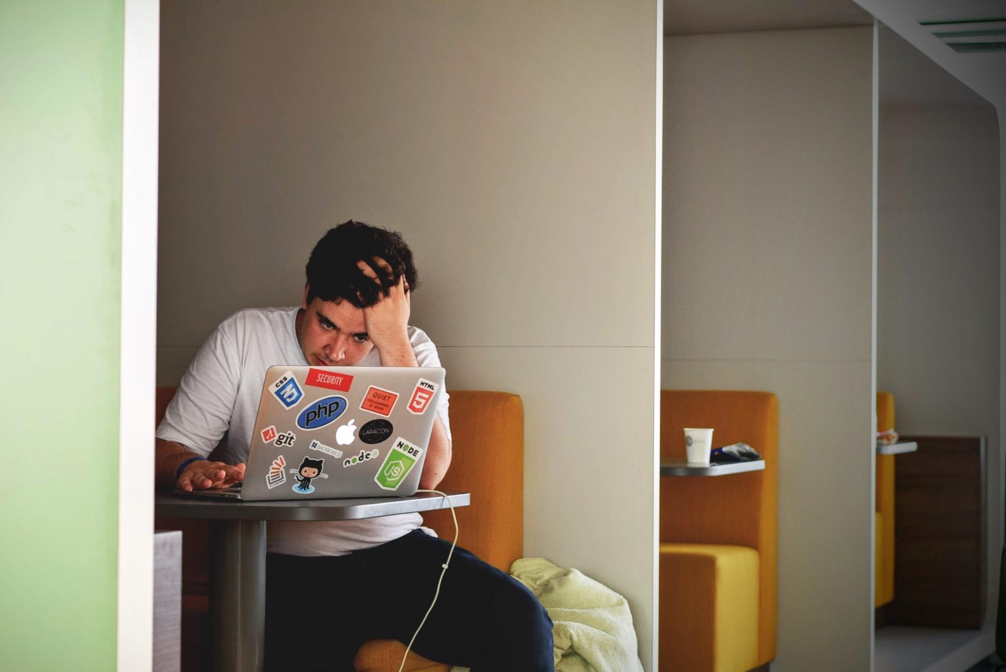 Lęk związany z restrukturyzacją to realny czynnik, który z psychologicznego punktu widzenia może podwyższać poziom stresu. (fot. pexels.com/domena publiczna)