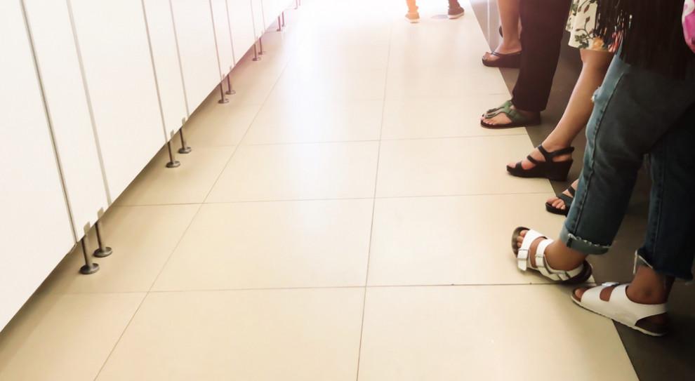 Ochroniarz nagrywał pracownice w toalecie. Dobrowolnie chce siępoddać karze