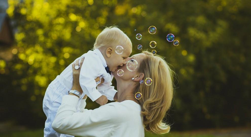 Ustalając wysokość wynagrodzenia, nie bierze się pod uwagę wynagrodzenia za dwa dni opieki nad dzieckiem do 14 lat (fot.pixabay.com)