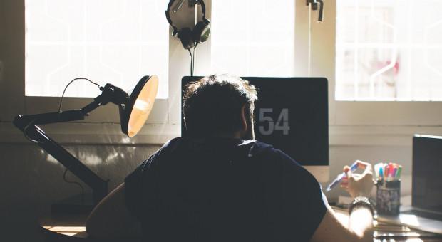 Siedzący tryb życia plagą korporacji. Jak prawidłowo siedzieć przy biurku?