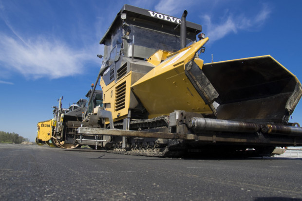 Niskie zarobki urzędników opóźniają wydawanie zezwoleń na inwestycje drogowe