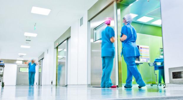 """Brakuje lekarzy i pielęgniarek. """"Mamy ogromne zaległości, od lat za mało kształcimy"""""""