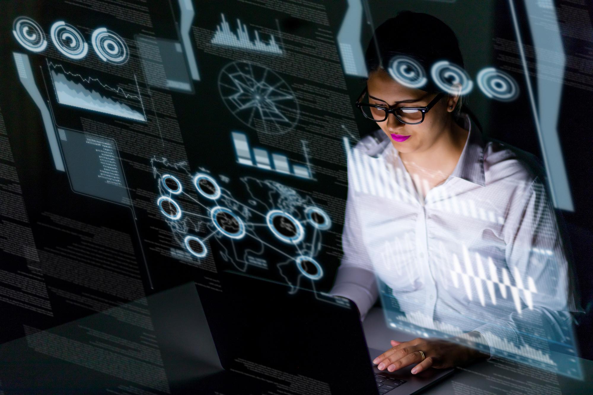 Do analizy danych potrzebne są odpowiednie narzędzia IT, które każdy pracownik może z łatwością obsłużyć. Fot. Shutterstock