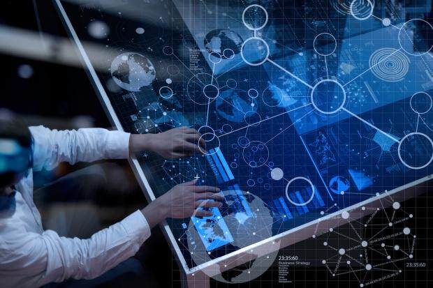 Serwis rekrutacyjny Pracuj.pl podaje, że przeciętne wynagrodzenie specjalisty zatrudnionego jako data scientist wynosi aż 9,1 tys. zł brutto i jest aż o 4,5 tys. zł wyższe od przeciętnego wynagrodzenia w Polsce. (Fot. Shutterstock)