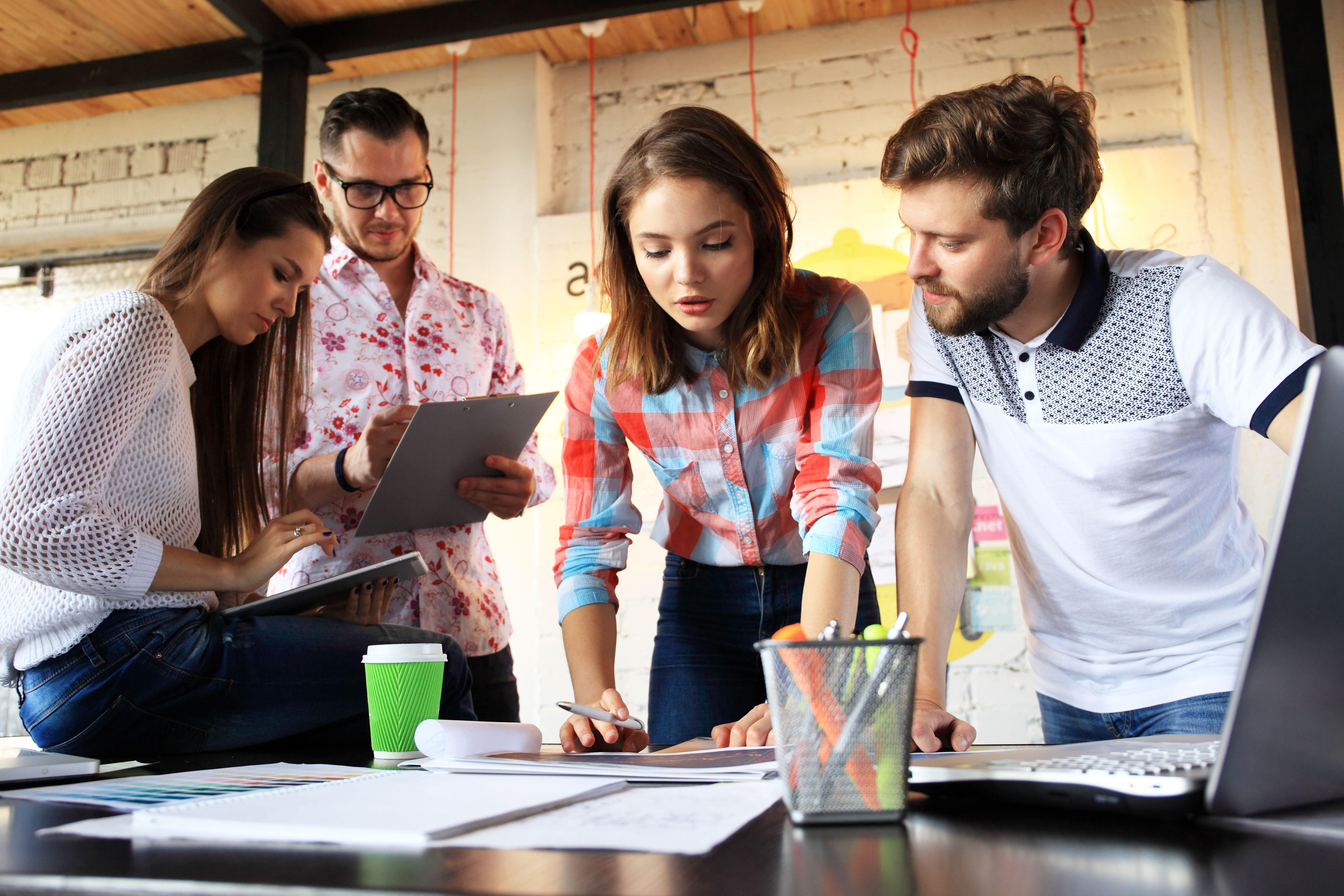 Do 2020 roku Millenialsi (pokolenie Y) i przedstawiciele generacji Z (czyli pracownicy urodzeni w latach 90.) zdominują rynek pracy. (Fot. Shutterstock)