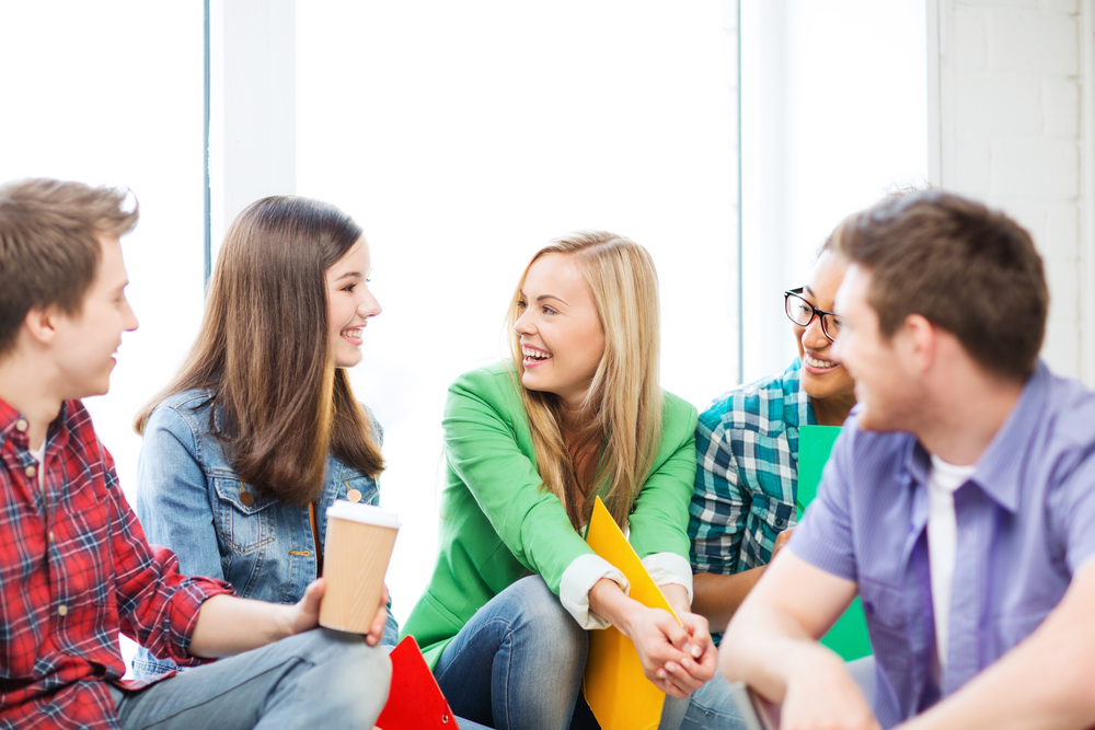 Poprzez bezpośrednie relacje ze współpracownikami i kierownictwem najłatwiej zdobyć młodym niezbędne doświadczenie, poznać kulturę organizacyjną i poczuć się częścią zespołu. (Fot. Shutterstock)