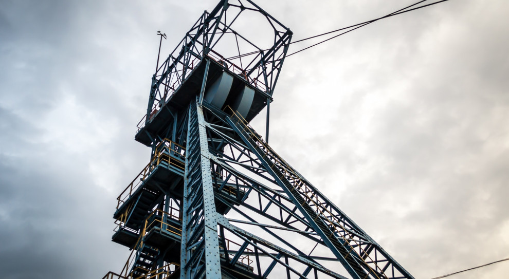 Jeden górnik nie żyje, dwaj w w szpitalach po wstrząsie w kopalni Rydułtowy