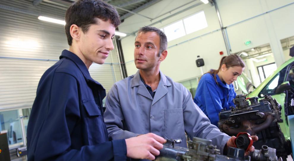 BCC rekomenduje prowadzenie zajęć dydaktycznych w szkole przez specjalistę, praktyka oddelegowanego z zakładu pracy pod nadzorem nauczyciela. (Fot. Shutterstock)