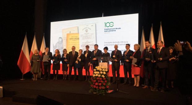 Życzenia i nagrody dla pracowników urzędów pracy z okazji 100-lecie publicznych służb zatrudnienia