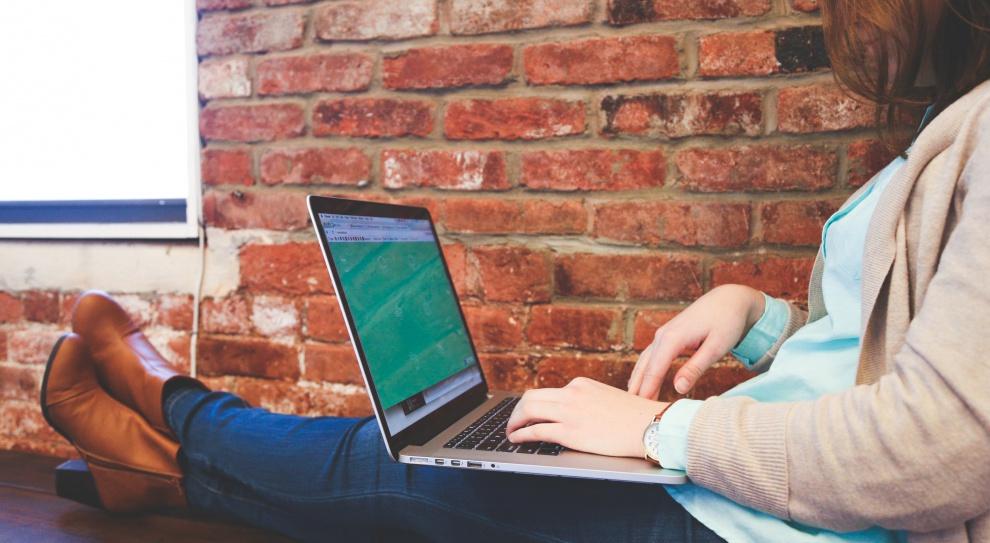 Duży wpływ na zmniejszanie różnic między kobietami i mężczyznami w środowisku biznesowym mają kompetencje cyfrowe. (Fot. Pexels)