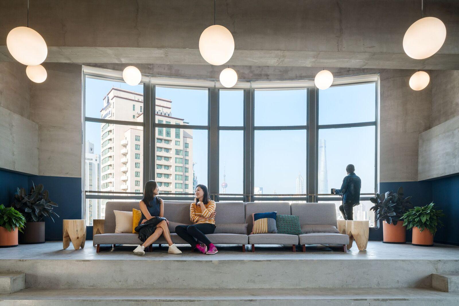 Decyzja o zlokalizowaniu siedziby firmy w biurze co-workingowym bezpośrednio wiąże się z włączeniem charakterystyki pracy w takich miejscach do wewnętrznej kultury organizacji.  (Fot. WeWork)