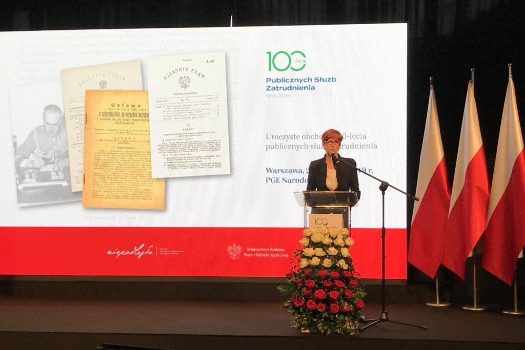 Podczas konferencji z okazji 100-lecia Publicznych Służb Komenda Główna OHP otrzymała dyplom specjalny w uznaniu za rzetelną pracę na rzecz promocji zatrudnienia oraz kreowanie wysokich standardów usług na rynku pracy. Na zdjęciu Elżbieta Rafalska, szefowa resortu pracy (fot. ohp.pl)