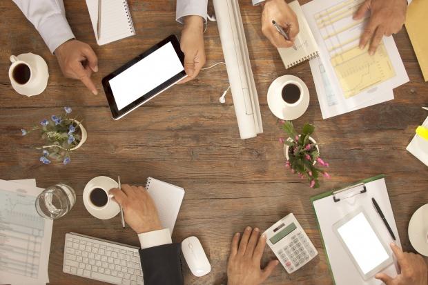 Pracując w otoczeniu innych właścicieli firm mamy możliwość poznania przyszłego partnera biznesowego, czy inwestora (Fot. Shutterstock)