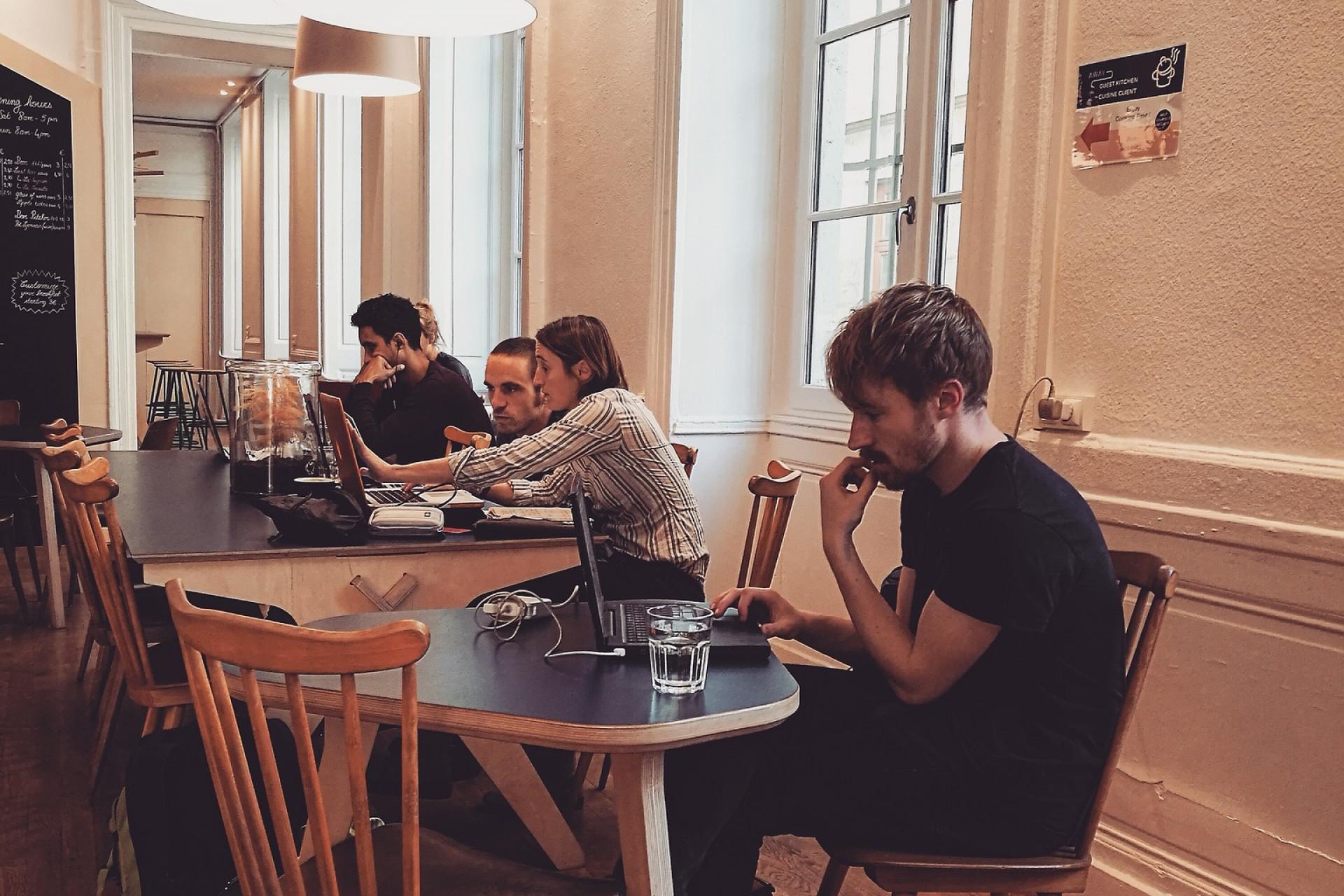 Praca zdalna nie musi odbywać się w domu, część tak pracujących wykonuje obowiązki w coworkach lub np. kawiarenkach. (fot. pixabay.com)