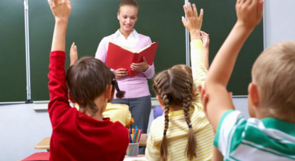 Nauczyciel - zawód wyższego zaufania. W Polsce niekoniecznie