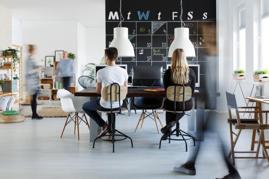 97 proc. pracowników w biurze ceni bezpośrednią i swobodną atmosferę. (Fot. Shutterstock)