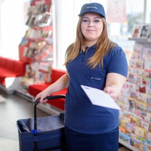 Coraz więcej kobiet wybiera zawód listonosza