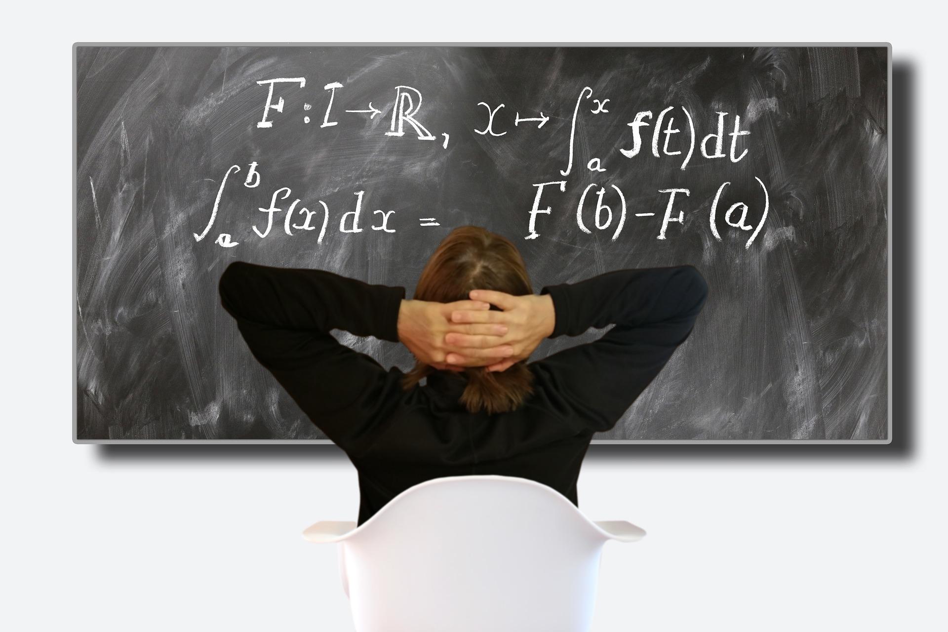 Ministerstwo Edukacji Narodowej przekonuje, że egzaminy gimnazjalny i ósmoklasisty z matematyki oraz egzamin maturalny z matematyki na poziomie podstawowym to jedyne, rzetelne narzędzia służące weryfikacji poziomu wiadomości, a także umiejętności uczniów, m.in. w zakresie kompetencji matematycznych (fot.pixabay)