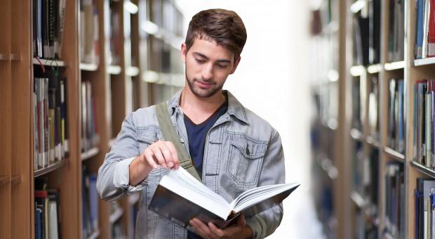Głodny wiedzy, krytyczny wobec uczelni, chcący się rozwijać. Oto polski absolwent