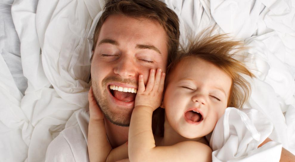 Ojcowie coraz częściej decydują się zostać z dzieckiem