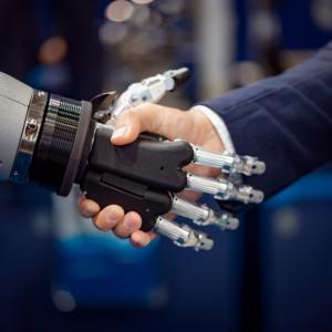 Nie chodzi na L4, nie dotyczy go wzrost płacy minimalnej. 2020 rokiem robotów?
