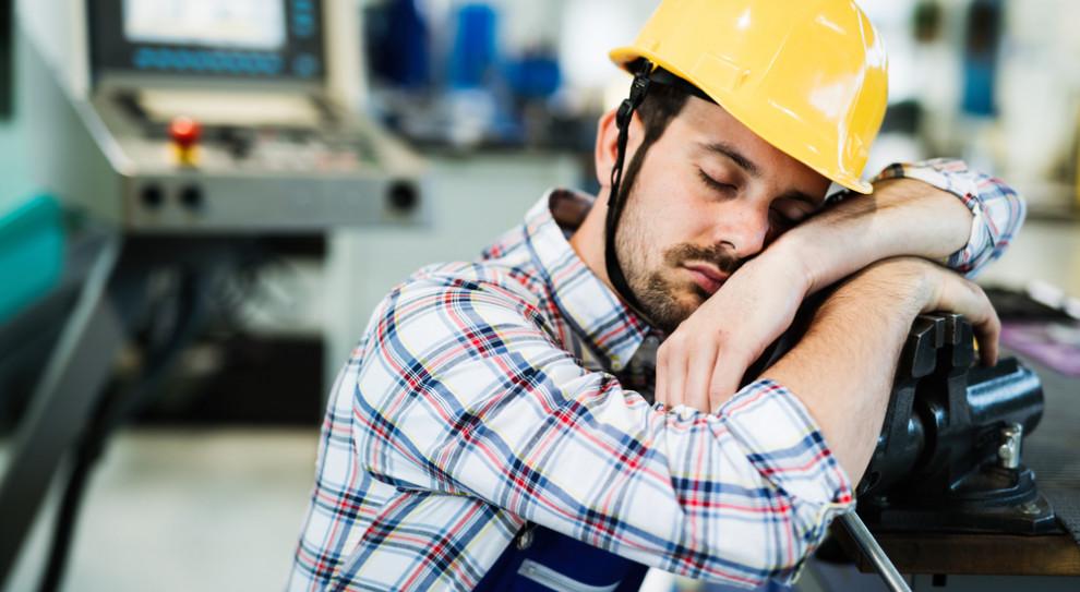 Tygodniowy natłok pracy odsypiasz w weekendy? Na zdrowie nie wpływa to dobrze