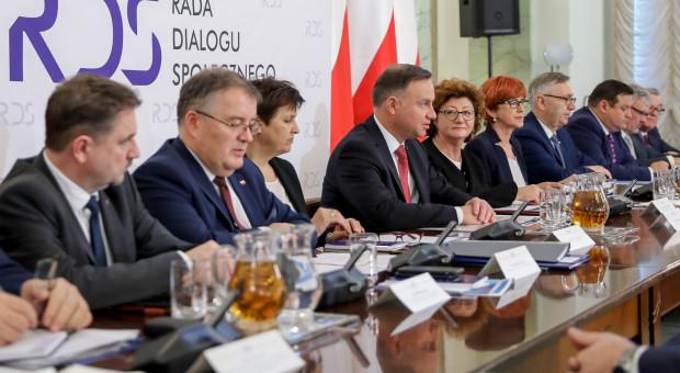 Polacy narzekają na niskie emerytury. Prezydent Duda apeluje o zmiany