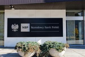 Premier wyjaśnia skąd wysokie zarobki w NBP